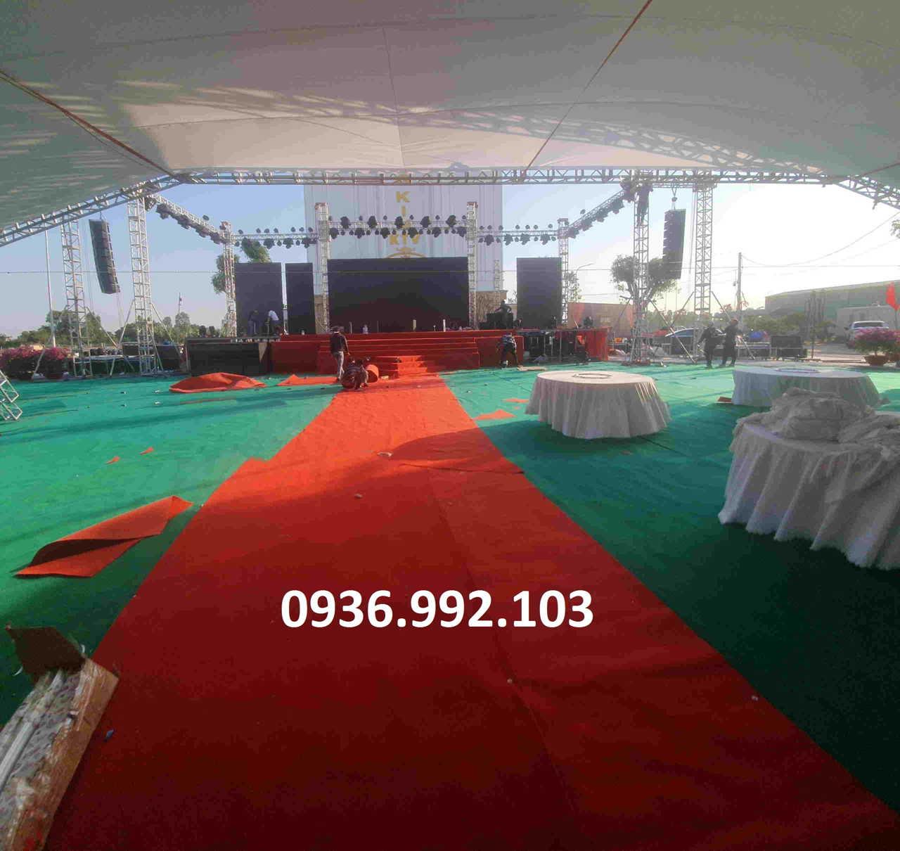 Chuẩn bị sân khấu hoàn chỉnh và cho chạy thử trước khi chính thức diễn ra lễ khai trương, khánh thành